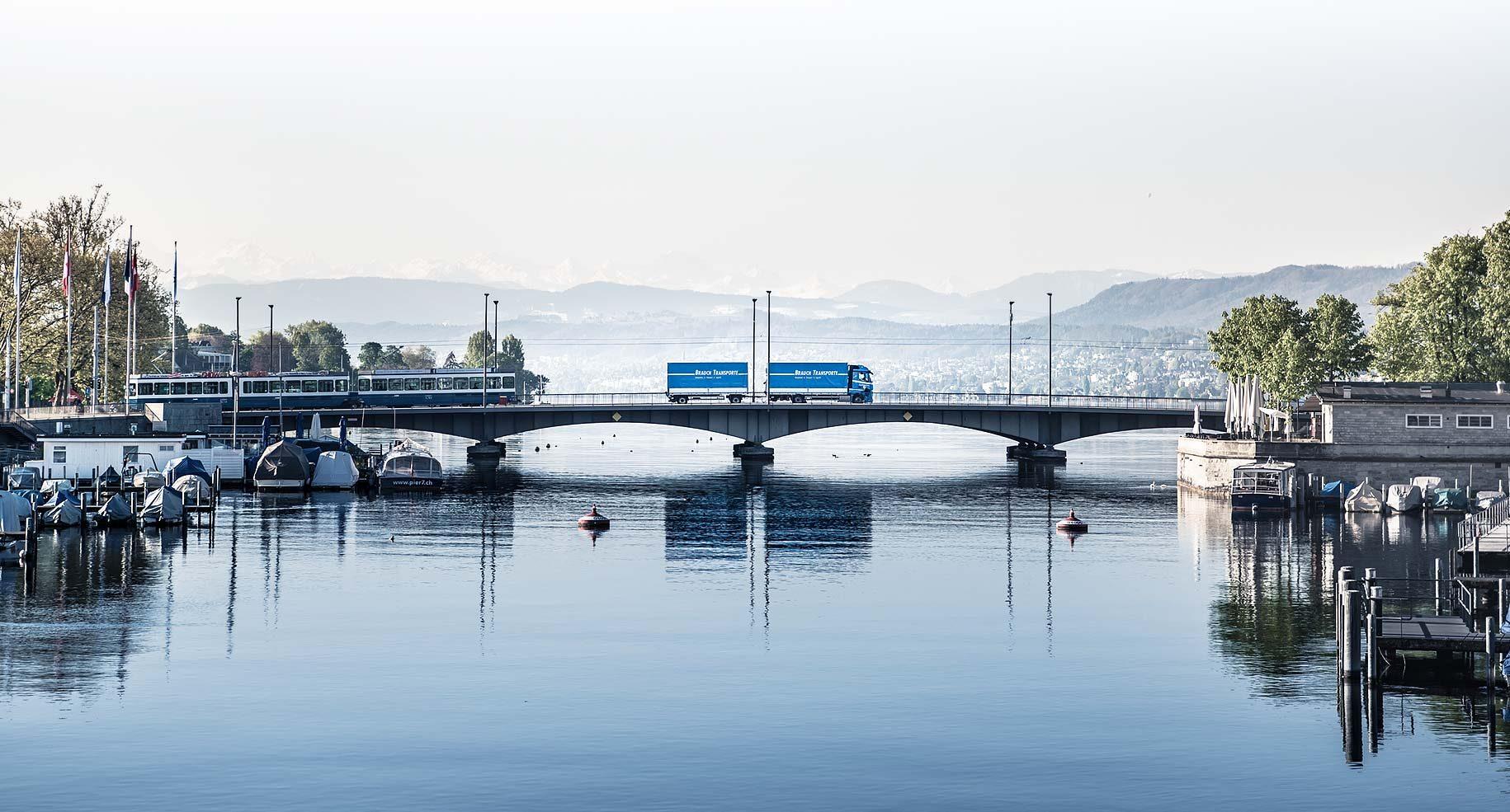 Brauch Transporte Lastwagen auf der Quai Brücke in Zürich