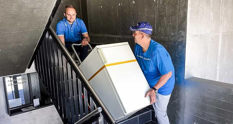 Kühlschranktransport im Treppenhaus